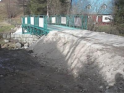 budowa kładki nad potokiem Czerwie